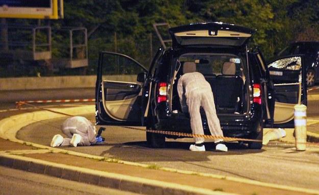 Grupa policjantów przeszukujących auto Helene Pastor, w którym doszło do ataku /MAXPPP / NICE MATIN / FILE /PAP/EPA