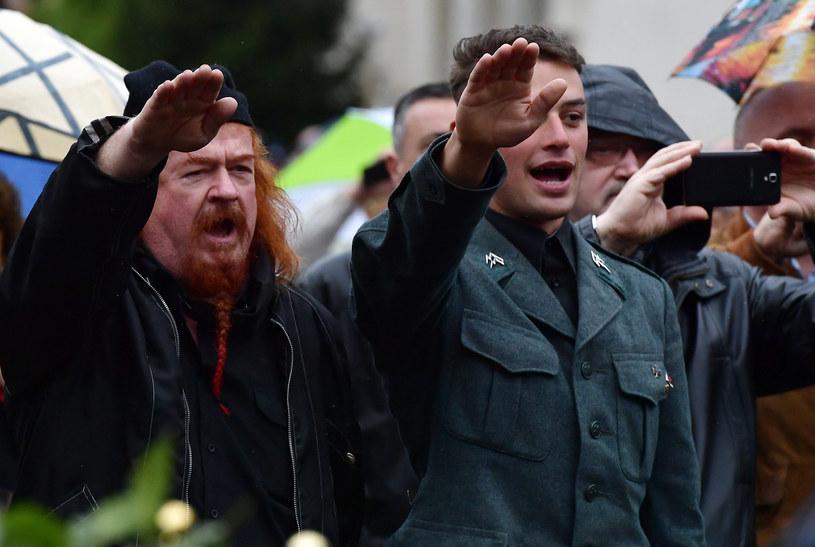 Grupa prawicowców wykonuje salut rzymski /AFP