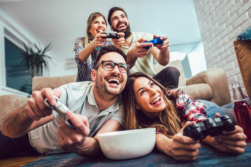 """Grupa przyjaciół grająca w gry wideo to jeszcze """"gracze"""" czy już nie bardzo? /123RF/PICSEL"""