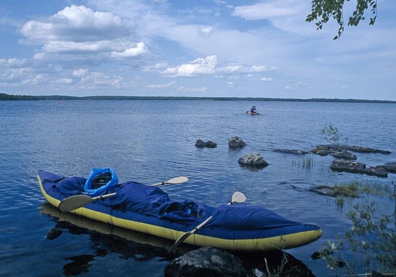 Grupa przyjechała z Moskwy na odpoczynek nad jeziorem, zdjęcie ilustracyjne /Maja Walczak /East News