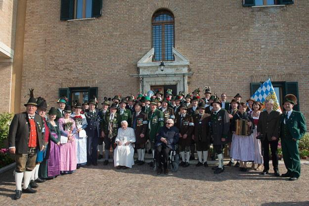 Grupa strzelców alpejskich Gebirgsschuetzen z Bawarii odwiedziła dziś w Ogrodach Watykańskich Benedykta XVI /EPA/OSSERVATORE ROMANO /PAP/EPA