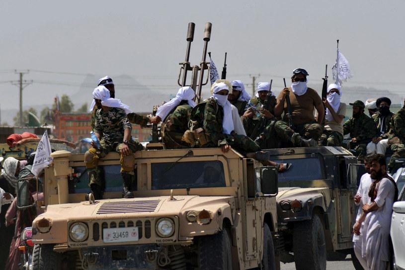 Grupa talibów w pojeździe wojskowym Humvee /JAVED TANVEER/AFP/ /East News