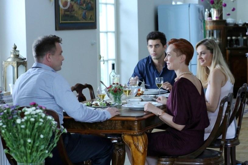 Gruszewska postanawia wyznać, że ma córkę, co ku jej zdziwieniu nie robi na Robercie wrażenia /Polsat