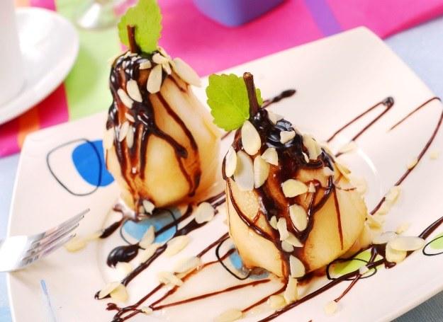 Gruszki oblane czekoladą - pomysł na zaskakująco pyszny deser /123RF/PICSEL