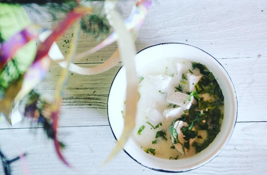 Gruzińska zupa na bazie bulionu z kurczaka /Malwina Zaborowska /RMF FM
