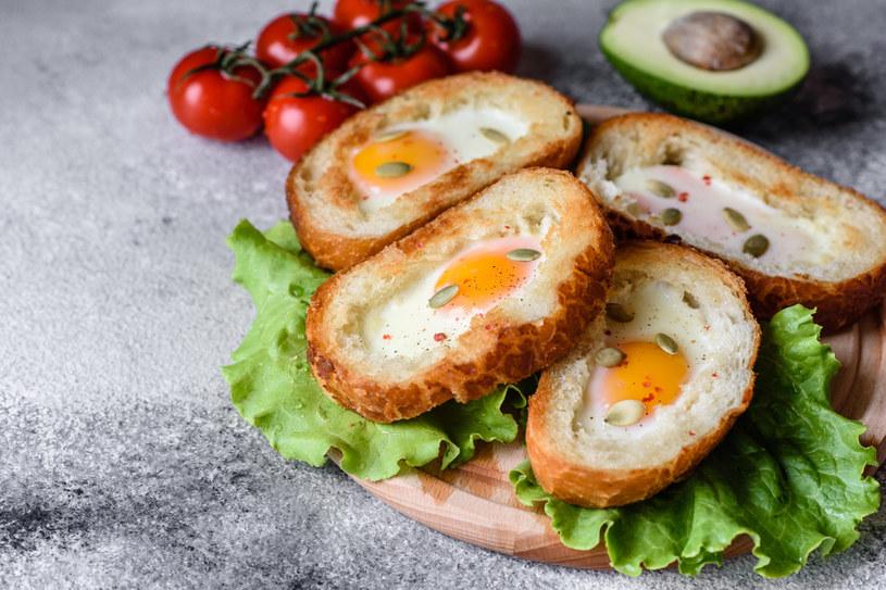 Grzanki z jajkiem sadzonym. Chrupiący sposób na pyszne śniadanie /123RF/PICSEL