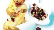 Grzanki z omletem z serem gorgonzola i sosem z żurawiny