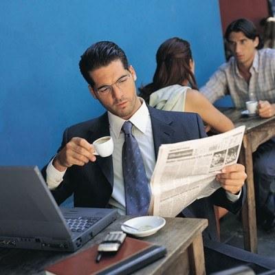 Grzech, który najczęściej popełniają zapracowani Polacy to szybka kawa na czczo i do pracy... /© Bauer