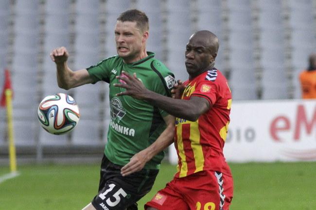Grzegorz Bonin (Górnik) walczy o piłkę z Leandro (Korona) /Michał Walczak /PAP