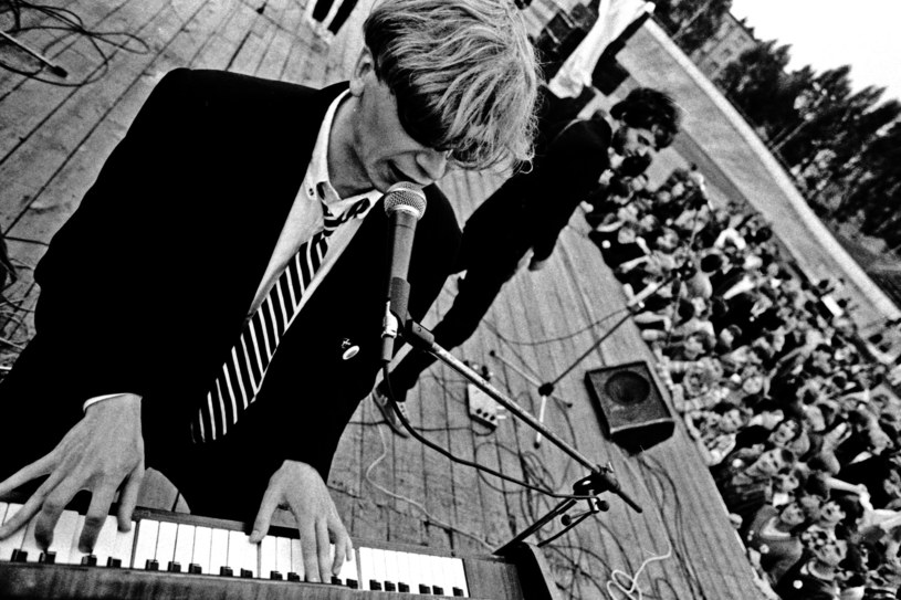 Grzegorz Ciechowski podczas koncertu w Żyrardowie w 1982 r. /East News