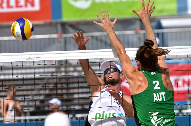Grzegorz Fijałek (z lewej) i Daniel Müllner z Austrii podczas FIVB Beach Volleyball World Tour Warsaw 2019 /Piotr Nowak /PAP