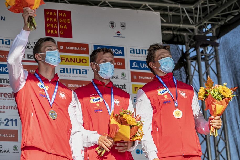 Grzegorz Hedwig, Kacper Sztuba i Szymon Zawadzki z brązowymi medalami mistrzostw Europy w kajakarstwie górskim /Martin Divisek /PAP/EPA