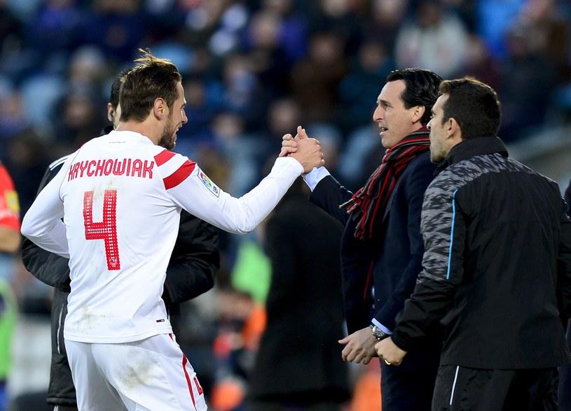 Grzegorz Krychowiak cieszy się z gola. Gratuluje mu trener Sevilli Unai Emery /AFP