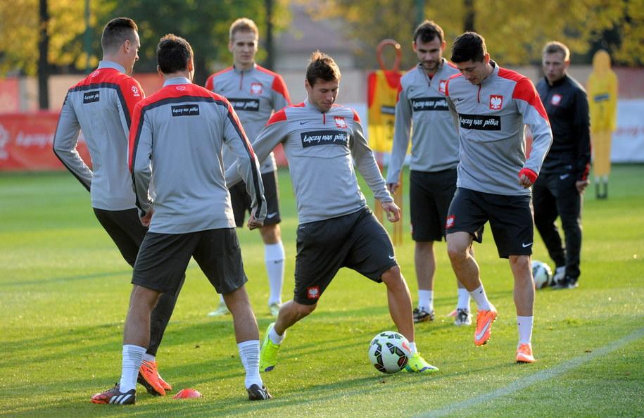 Grzegorz Krychowiak (w środku) i Robert Lewandowski (po prawej) podczas treningu reprezentacji Polski w Warszawie /Bartłomiej Zborowski /PAP