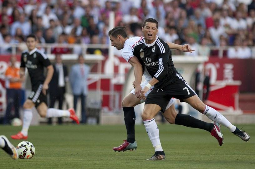 Grzegorz Krychowiak w walce bark w bark z Cristiano Ronaldo /AFP