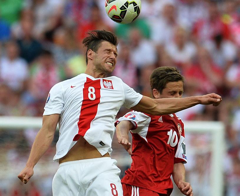 Grzegorz Krychowiak w walce o górną piłkę /AFP