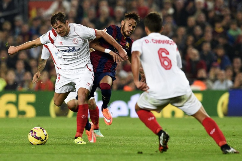Grzegorz Krychowiak walczy o piłkę z Netmarem /AFP