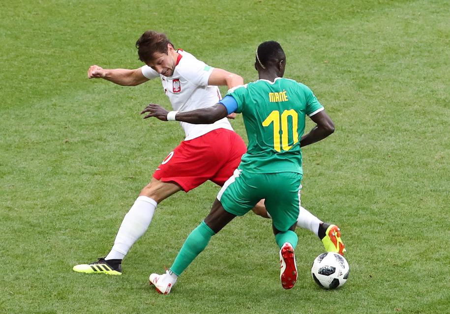 Grzegorz Krychowiak walczy o piłkę z Sadio Mane /Abedin Taherkenareh   /PAP/EPA