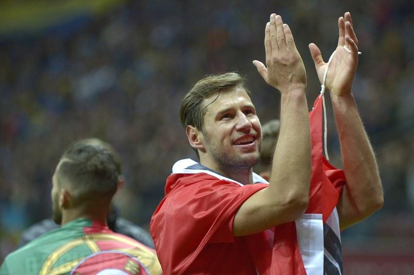 Grzegorz Krychowiak z flagą biało-czerwoną po zdobyciu Pucharu Ligi Europejskiej. /AFP