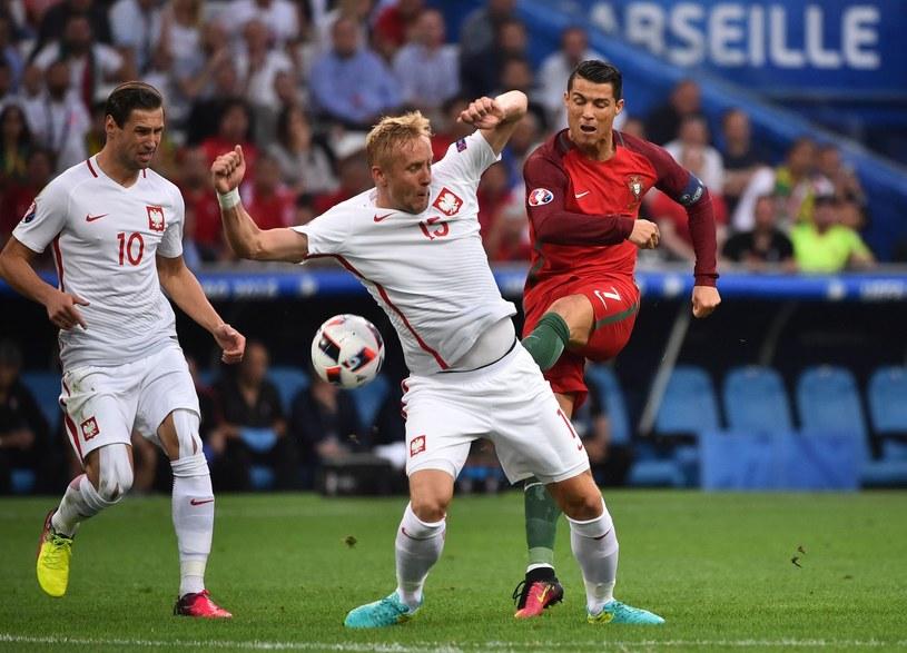 Grzegorz Krychowiak (z lewej) i Kamil Glik kontra Cristiano Ronaldo podczas Euro 2016 /AFP
