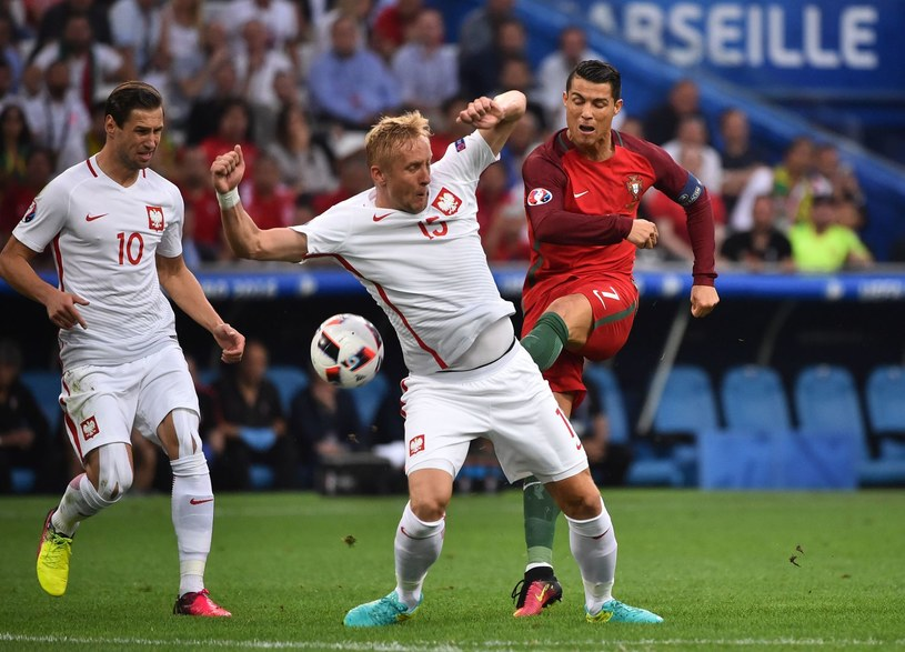 Grzegorz Krychowiak (z lewej) i Kamil Glik kontra Cristiano Ronaldo na Euro 2016 /AFP