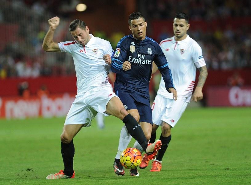 Grzegorz Krychowiak (z lewej) w walce z Cristiano Ronaldo /AFP