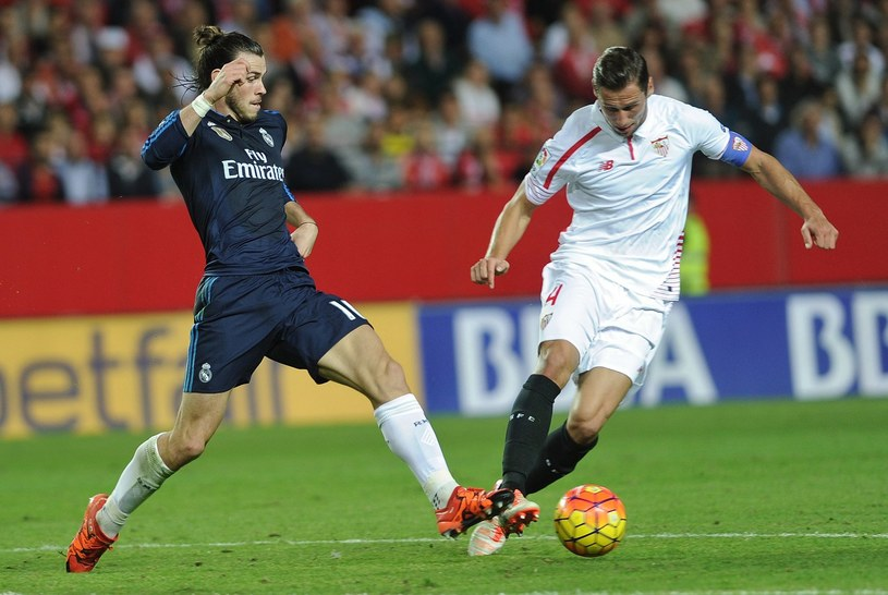 Grzegorz Krychowiak (z prawej) i Gareth Bale /AFP