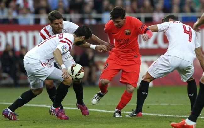 Grzegorz Krychowiak (z prawej), Nicolás Pareja (z lewej) i Daniel Filipe Carriço (drugi z lewej) próbują zatrzymać Lionela Messiego z Barcelony /AFP