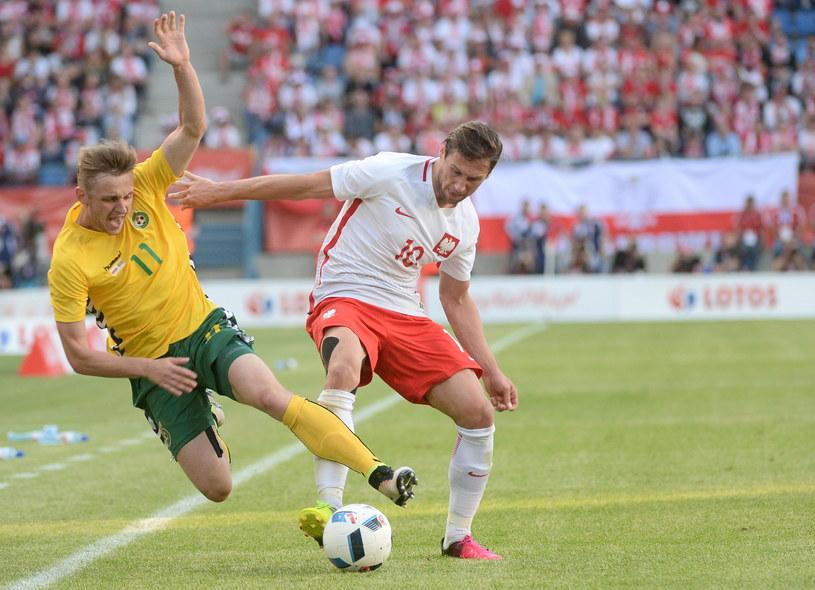 Grzegorz Krychowiak (z prawej) podczas meczu Polska - Litwa /Bartłomiej Zborowski /PAP