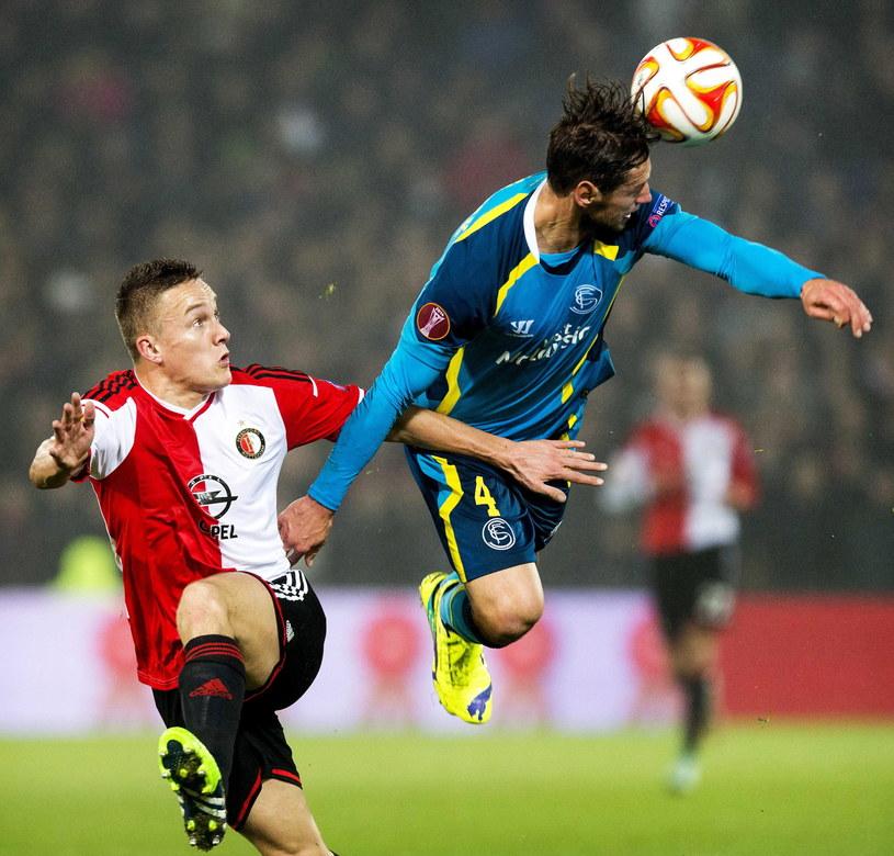 Grzegorz Krychowiak (z prawej) w meczu z Feyenoordem /PAP/EPA