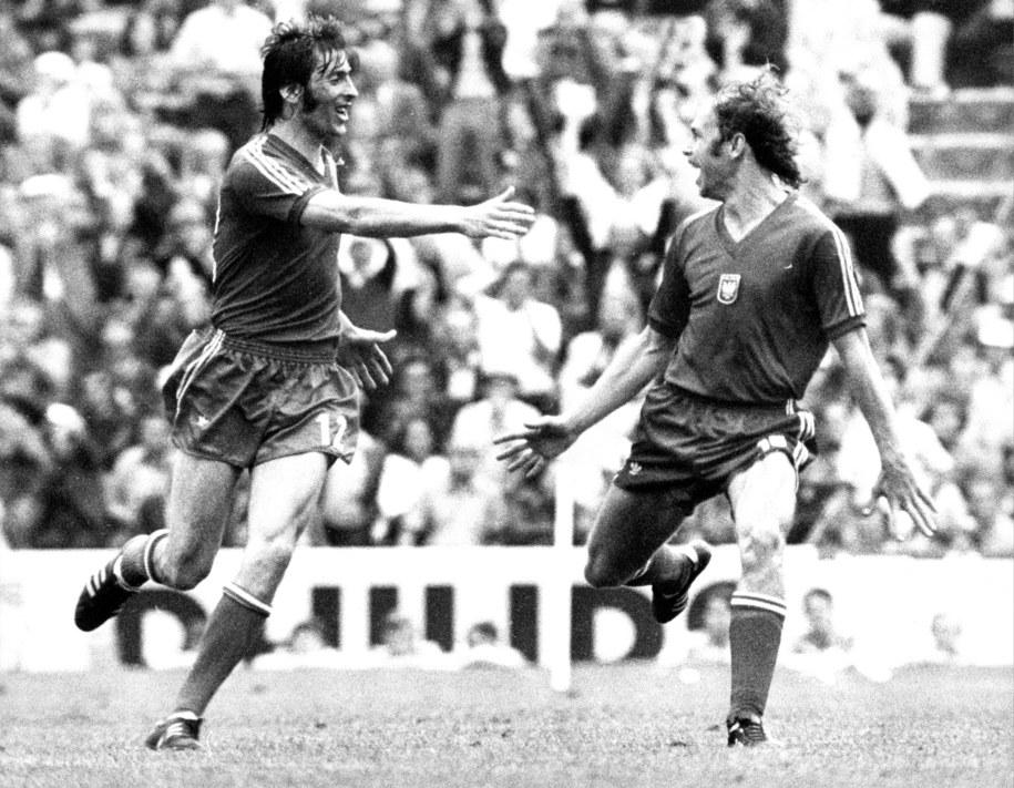 Grzegorz Lato (po prawej) i Kazimierz Deyna cieszą się z gola tego pierwszego w meczu o trzecie miejsce MŚ 1974 przeciwko Brazylijczykom /ROLAND WITSCHEL /PAP/DPA