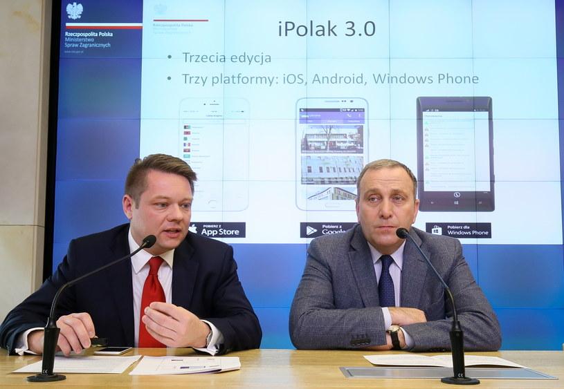 Grzegorz Schetyna i Kamil Henne z wydziału komunikacji internetowej biura rzecznika prasowego MSZ, podczas prezentacji nowej wersji aplikacji iPolak /Paweł Supernak /PAP