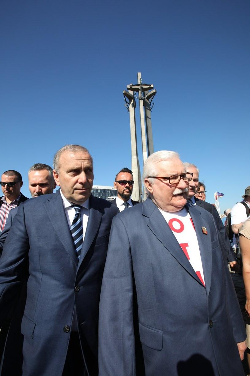 Grzegorz Schetyna i Lech Wałęsa pod pomnikiem Poległych Stoczniowców /fot. Andrzej Iwanczuk /Reporter