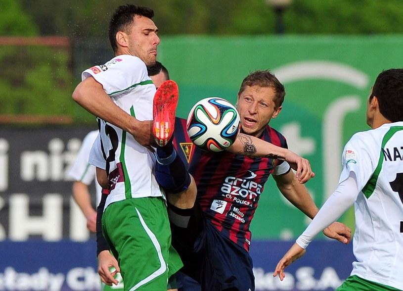 Grzegorz Wojtkowiak (z lewej) walczy z Rafałem Murawskim /Marcin Bielecki /PAP