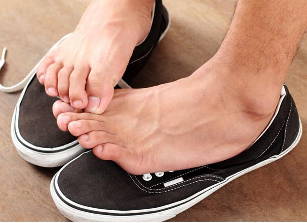 Grzybica stóp to jedna z najczęściej spotykanych odmian grzybicy /123RF/PICSEL