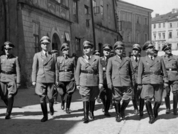 Gubernator Hans Frank (4 z lewej), Ernst Zorner (4 z prawej), Ernst Kundt (2 z prawej), Otto von Wachter (3 z prawej) i inni funkcjonariusze niemieccy zwiedzają teren byłego getta lubelskiego /Z archiwum Narodowego Archiwum Cyfrowego