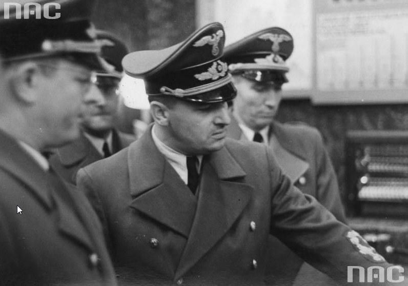 Gubernator Hans Frank (drugi z lewej) w towarzystwie niemieckich funkcjonariuszy zwiedza zakład przemysłowy w Generalnej Guberni /Z archiwum Narodowego Archiwum Cyfrowego