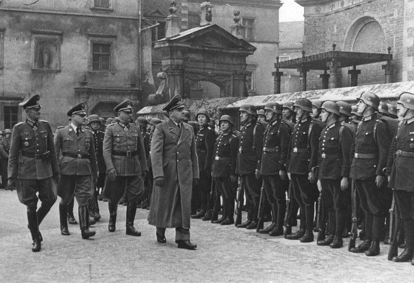 Gubernator Hans Frank w towarzystwie gen. Siegfrieda Haenicke (pierwszy z lewej), gen. Wilhelma Koppe (drugi z lewej) i przedstawicieli Wehrmachtu dokonuje przeglądu kompanii honorowych na dziedzińcu Wawelu z okazji piątej rocznicy utworzenia Generalnego Gubernatorstwa, październik 1944 roku