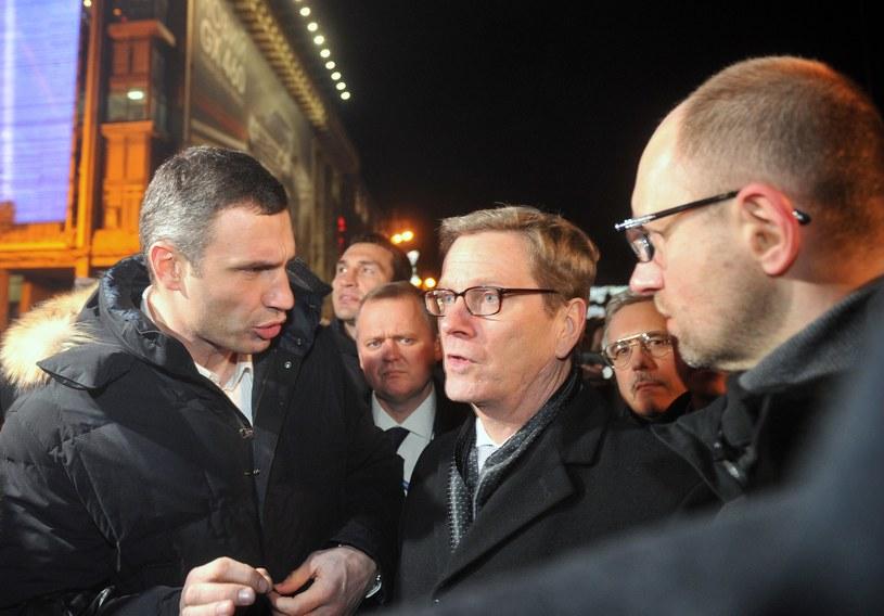 Guido Westerwelle (C) z przywódcami ukraińskiej opozycji /AFP