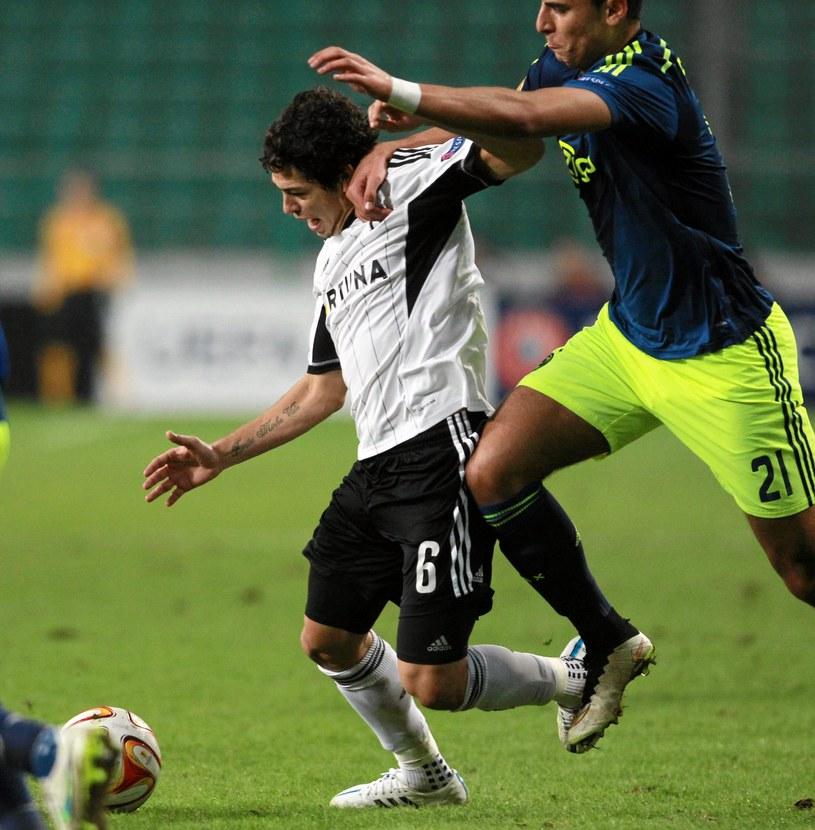 Guilherme (z lewej) w walce z Anwarem El Ghazim w meczu z Ajaksem Amsterdam /Fot. Przemek Wierzchowski /