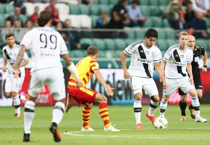 Guilherme zagrywa piłkę do Aleksandara Prijovicia /Leszek Szymański /PAP
