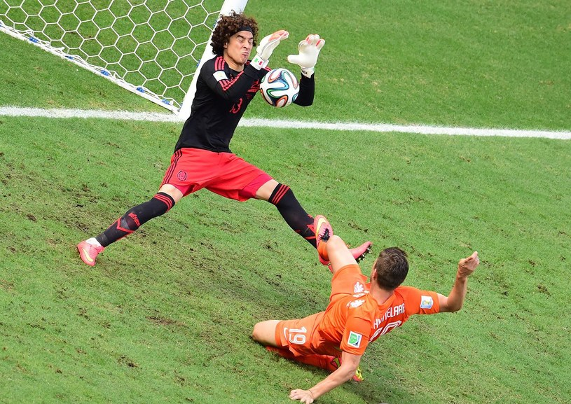 Guillermo Ochoa w akcji podczas meczu z Holandią na mundialu /AFP