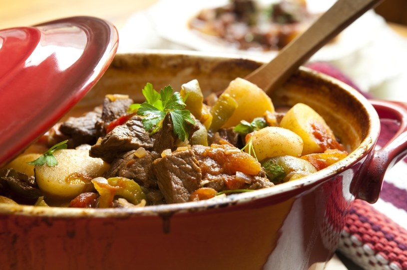 Gulasz doskonale komponuje się z ryżem czy ziemniakami /123RF/PICSEL