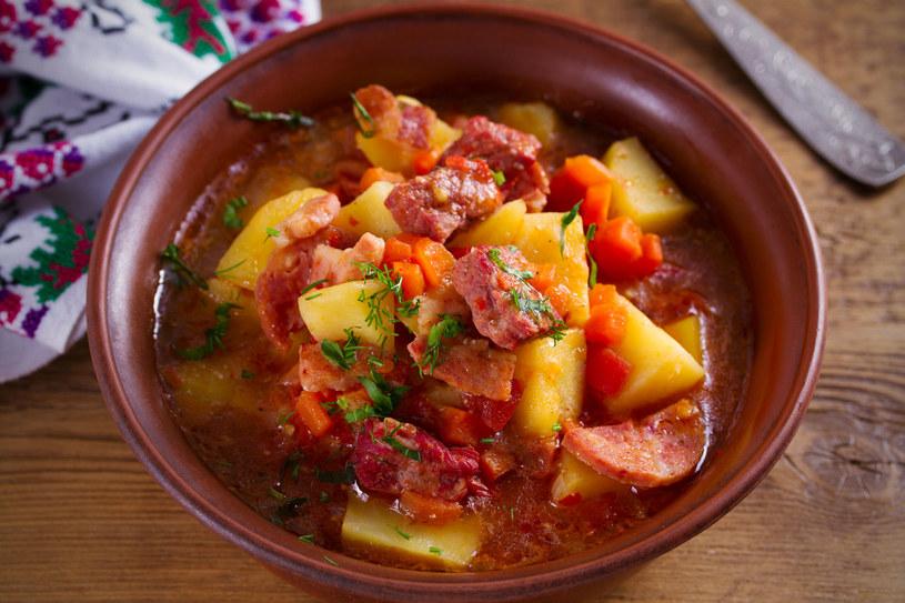Gulasz z kiełbasą i ziemniakami /123RF/PICSEL