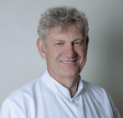 Specjalista II stopnia chirurgii ogólnej z kliniki sztuk pięknych AGklinik. Od 1992 roku zajmuje się chirurgią estetyczną.