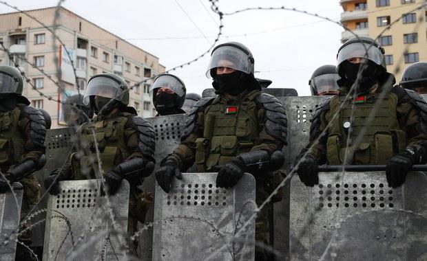 Gumowe kule i granaty hukowe. Milicja na Białorusi zwalcza protestujących