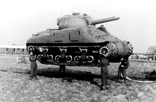 Gumowy czołg podnoszony przez czterech żołnierzy. /Roger Viollet /Getty Images