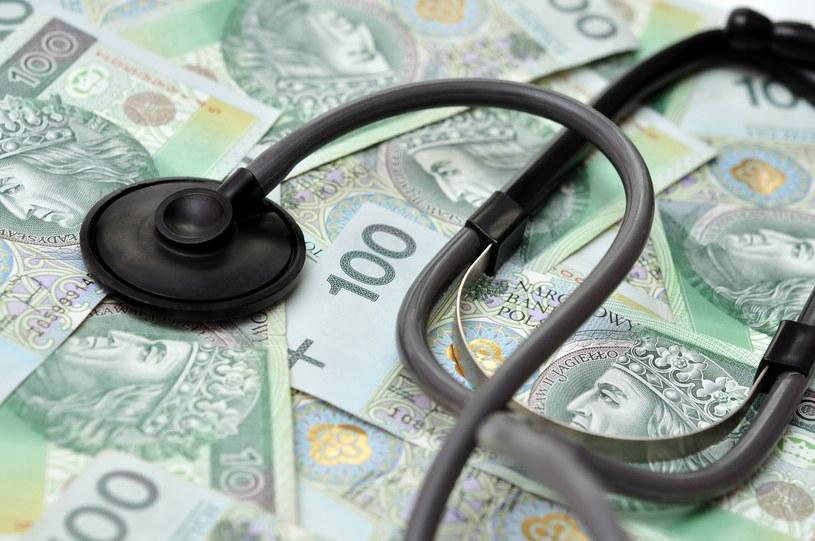 GUS z zebranych od pracowników informacji wyliczył, że lekarz zarabiał średnio 6788,8 zł brutto /123RF/PICSEL
