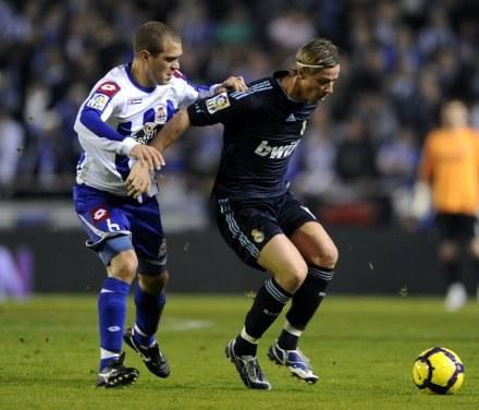 Guti (z prawej) w dużym stopniu przyczynił się do zwycięstwa Realu nad Deportivo /AFP