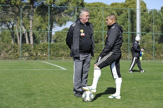 Guus Hiddink (z lewej) w rozmowie z Roberto Carlosem. /AFP